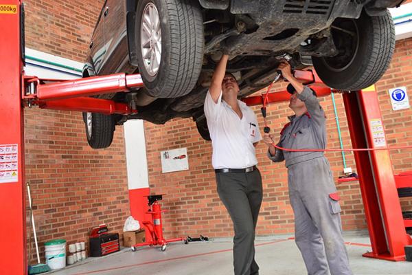 Recibe el asesoramiento mecánico necesario para la revisión de tu coche.