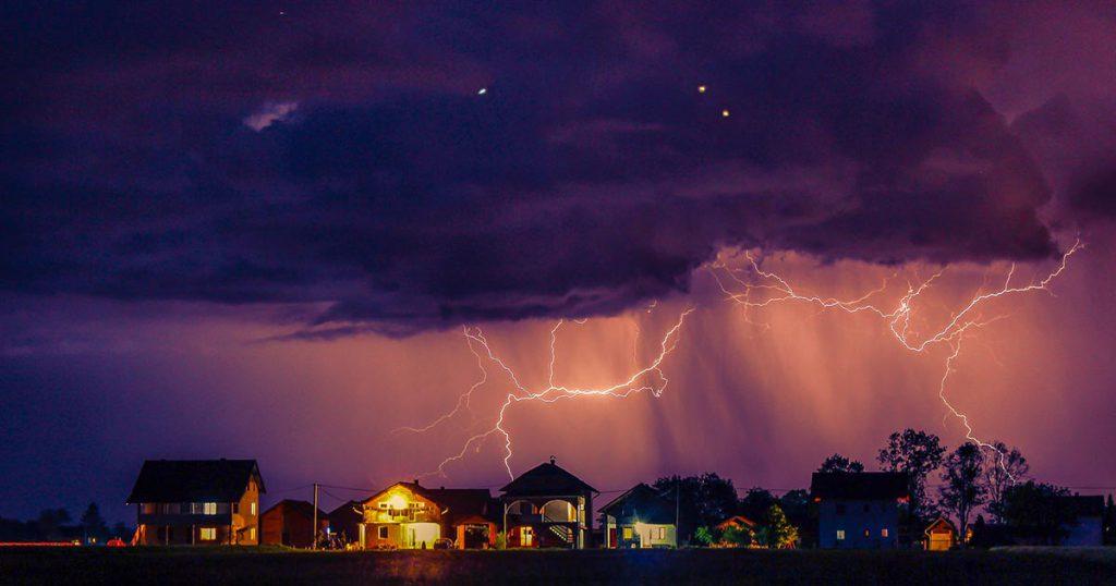 tormenta eléctrica en verano