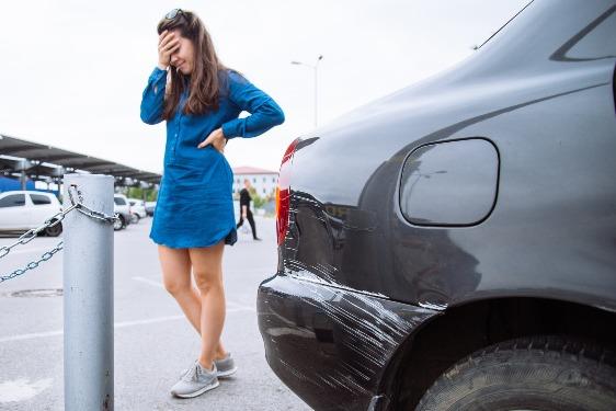 ¿Cómo arreglar un golpe en la puerta del coche?